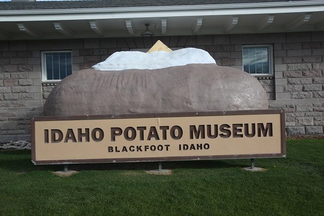 2015-09-17-idaho-blackfoot-worlds-largest-potato-640w